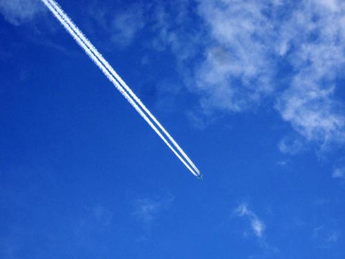 Ein Himmel voller Streifen: Dass dies ganz normale Kondensstreifen sind, wird von vielen bezweifelt.