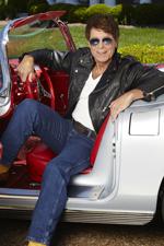 """Seine 73 Jahre merkt man Cliff Richard nicht an: """"Wenn ich meine erste Single 'Move It', die ja auch eher Rock'n'Roll war, auf der Bühne singe, fühle ich mich immer noch wie 18"""", sagt der Sänger."""