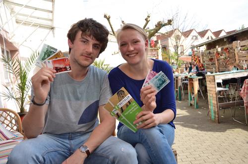 Engagiert: Johannes Kopf und Henriette Weser wollen den Freitaler in Freiburg verbreiten. Das Café Pow ist eine Tauschstelle.