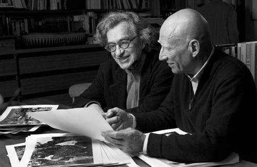 Wim Wenders (links) im Gespräch mit Sebastião Salgado beim Betrachten von Fotos. © NFP / Donata Wenders