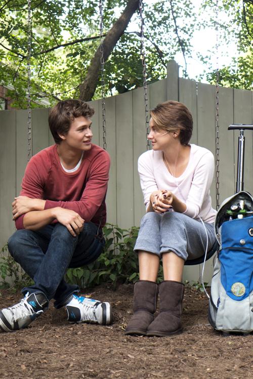 Augustus (Ansel Elgort) lässt nicht locker um die Gunst seiner ebenfalls todgeweihten Angebeteten Hazel Grace (Shailene Woodley) zu erringen.