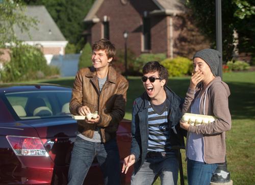 """Die Krebspatienten Augustus (Ansel Elgort), Isaac (Nat Wolff, Mitte) und Hazel (Shailene Woodley), lieben und hassen nicht anders als """"normale"""" Teenager."""