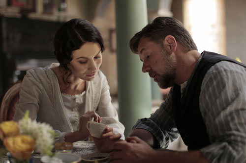 Kommen sich beim Kaffeesatzlesen näher: Joshua (Russell Crowe) und Ayshe (Olga Kurylenko).