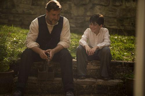 Joshua (Russell Crowe, links) versteht sich mit Ayshes Sohn überaus gut.