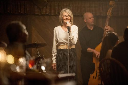 Leah (Diane Keaton) ist eine kinderlose Jazzsängerin, die in Barlounges auftritt, von verflossener Liebe singt und dazu ganz viel heult.