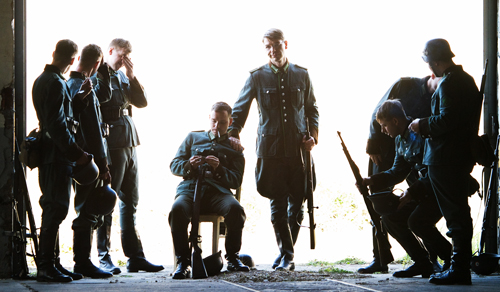 Schauspieler stellen die Szenen von damals nach, ohne dabei den Ablauf der Protokoll- und Briefzitate zu stören.