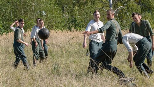 Auch das gab's hinter der Ostfront zwischen den Massenerschießungen durch die Einsatztruppen: Fußball fürs Vergessen.