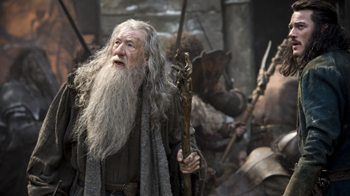 Gandalf (Ian McKellen) und der Bogenschütze Bard (Luke Evans, rechts) fürchten den Angriff der Orks.