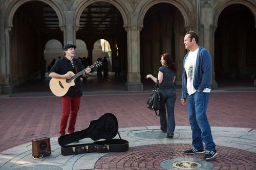 Auch Straßenmusikant Adam (Dave Patten) gehört zu den 533 Kindern, die aus Davids (Vince Vaughn) Samenspenden resultierten.