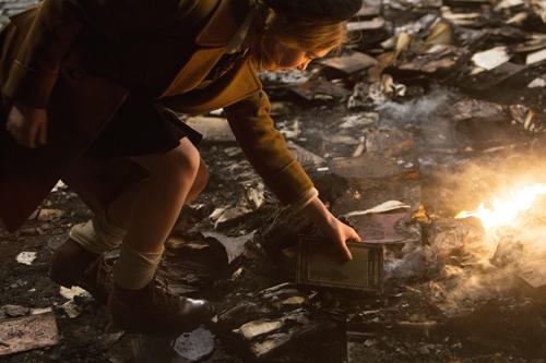 In der Asche der verbrannten Bücher entdeckt Liesel (Sophie Nélisse) ein unversehrtes.
