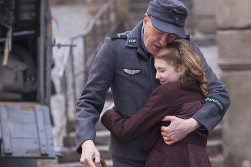 Ihr Ziehvater Hans (Geoffrey Rush) ist der wichtigste Mensch in Liesels (Sophie Nélisse) Leben.