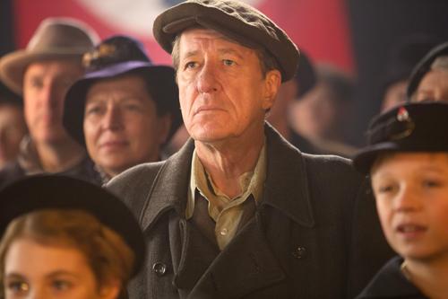Mit Sorge beobachtet Hans (Geoffrey Rush), wie die Nazis auch in seinem Heimatort die Kontrolle an sich reißen.