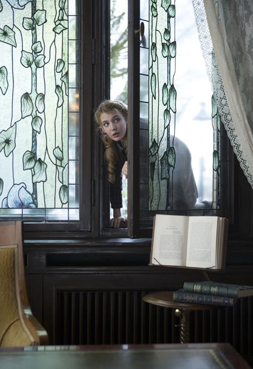Heimlich schleicht sich Liesel (Sophie Nélisse) ins Haus des Bürgermeisters.