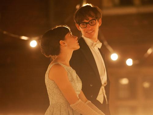 An der Uni Cambridge lernen sich der junge Hawking (Eddie Redmayne) und die hübsche Jane (Felicity Jones) in den 1960er-Jahren kennen.
