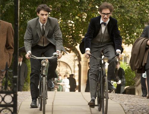 Als junger und überaus begabter Physik-Student rast Stephen Hawking (Eddie Redmayne, rechts) mit dem Fahrrad über den Campus.