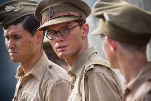Der junge Eric Lomax (Jeremy Irvine, Mitte) fällt 1942 in japanische Kriegsgefangenschaft - und wird brutal gefoltert.