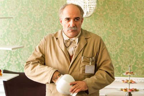 """Mit """"Der Mamba"""" verbindet ihn nur sein Äußeres: Hossein Sarivi (Michael Niavarani)."""