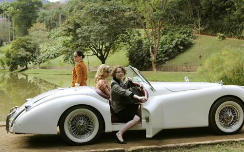 Zu einer eleganten Behausung gehört auch ein ebensolches Auto: Lota (Glória Pires, links), Mary (Tracy Midendorf, Mitte) und Elizabeth (Miranda Otto, rechts) unternehmen viele Spitztouren.