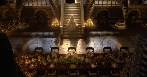 Belle (Léa Seydoux) muss jeden Abend mit dem Biest dinieren.