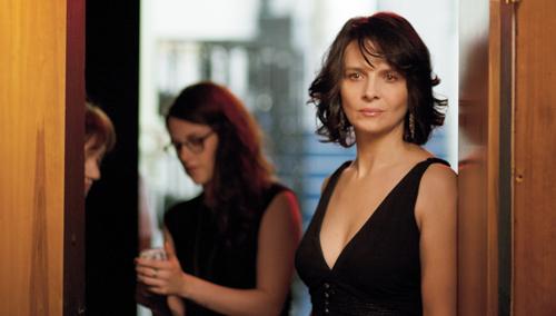 Auf die Unterstützung ihrer Assistentin Valentine (Kristen Stewart) kann sich Maria (Juliette Binoche) verlassen.