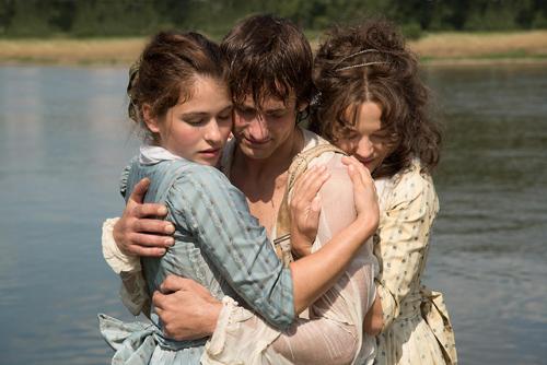 Nicht zwischen zwei Frauen, sondern mit ihnen: Schiller (Florian Stetter) mit Charlotte (Henriette Confurius, links) und Caroline (Hannah Herzsprung).