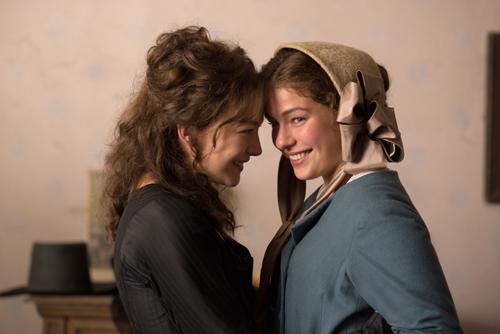 """Als """"Fritz"""" den beiden Schwestern Charlotte (Henriette Confurius, rechts) und Caroline (Hannah Herzsprung) schließlich seine Liebe gesteht, sind beide zu Tränen gerührt."""