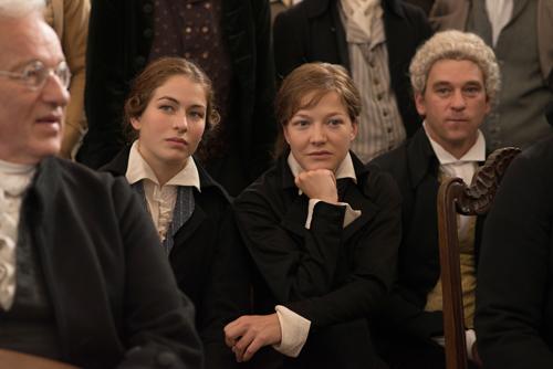 Charlotte (Henriette Confurius, links) und Caroline (Hannah Herzsprung) besuchen trotz Frauenverbots, getarnt in Männerkleidung, die Antrittsvorlesung von Friedrich Schiller.