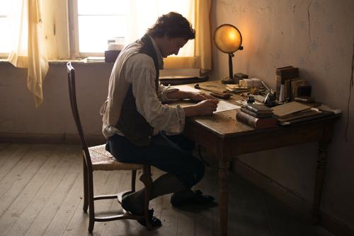 Schiller (Florian Stetter) gesteht in einem Brief seinem Freund Wilhelm von Wolzogen seine Zuneigung zu den beiden Schwestern.