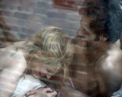 Julien (Laurent Lafitte) und Caroline (Fanny Ardant) stürzen sich in eine Affäre.