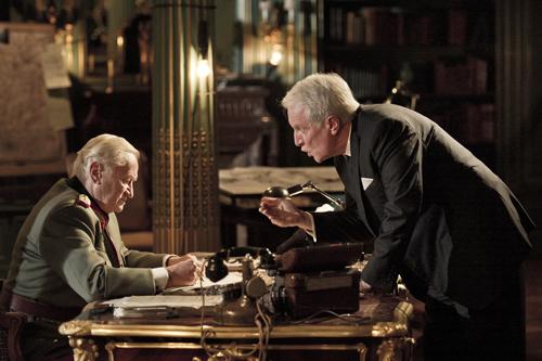 Raoul Nordling (André Dussollier, rechts) will verhindern, dass General Dietrich von Choltitz (Niels Arestrup) den Befehl zur Zerstörung von Paris erteilt.