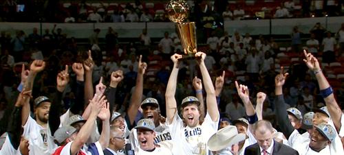 """2011 feierte Dirk Nowitzki mit seinen Dallas Mavericks die Meisterschaft in der NBA. Und das, obwohl er """"nur ein einfacher Junge aus Würzburg"""" sei."""