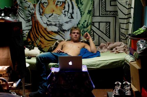 Kyle (Max Thieriot) lässt sich für Geld vor der Webcam beim Onanieren zuschauen.