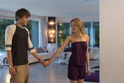 Andi (Merlin Rose) schwärmt für Katja (Ella-Maria Gollmer).