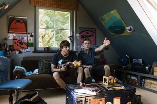 Harry (Maximilian von der Groeben) ist Andis (Merlin Rose, links) bester Kumpel. Aber ist er der richtige Ansprechpartner, wenn es um Frauen geht?