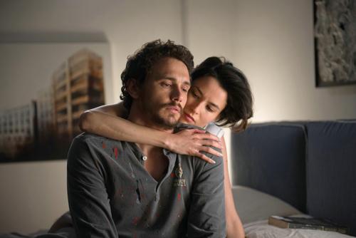 Die neue Lebensgefährtin Sam (Loan Chabanol) des erfolgreichen Maler Rick (James Franco) wirkt im Hintergrund des erbitterten Sorgerechtsstreites zwischen Rick und seiner Ex.