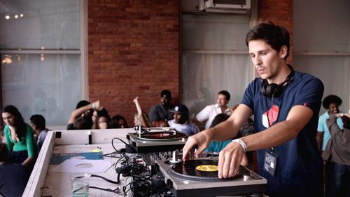Paul (Félix de Givry) feiert als DJ auf Underground-Partys in Paris Erfolge, auf den großen Durchbruch muss er aber warten.