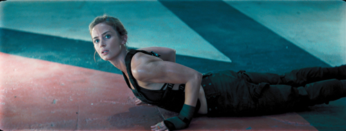 Rita (Emily Blunt) bittet Major Bill Cage (Tom Cruise) zum knallharten Training.