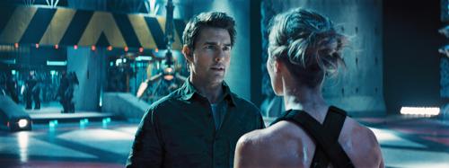 Bill Cage (Tom Cruise) muss Rita (Emily Blunt) Morgen für Morgen aufs Neue erklären, wer er ist ...