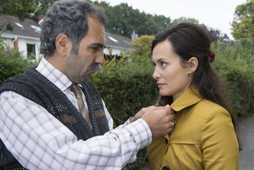 Eigentlich hat Papa Ismail (Adnan Maral) seine Tochter Hatice (Idil Üner) am liebsten von allen. Nur heiraten soll sie.