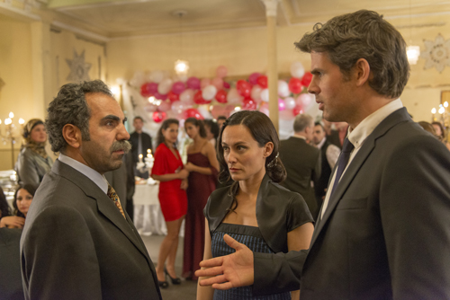 Langsam wird es Papa Ismail (Adnan Maral) zu bunt. Er lernt mehrere Anwärter kennen, die Hatice (Idil Üner) angeblich heiraten will. Einer davon ist Hannes (Steffen Groth, rechts).