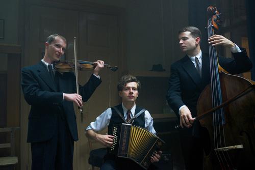 Georg Elser spielt auf seinem Bandoneon