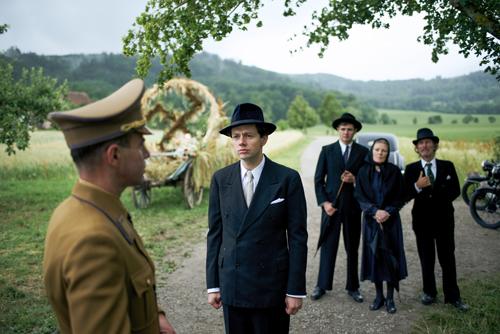 Die Elsers, allen voran Georg (Christian Friedel, Mitte), distanzieren sich von Anfang an von den Nationalsozialisten.