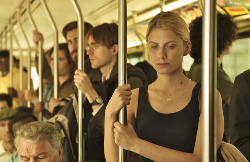 Adams attraktive Freundin Mary (Mélanie Laurent) wird von seinem draufgängerischen Doppelgänger beobachtet.