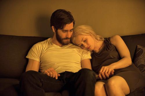 Adam (Jake Gyllenhaal) kuschelt mit Helen (Sarah Gadon) - der geheimnisvollen Frau seines Doppelgängers.