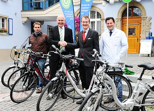 Neue E-Bike-Flotte: Badenova-Vorstand Mathias Nikolay (l.) und der Neuenburger Bürgermeister Joachim  Schuster geben sich die Hand drauf.