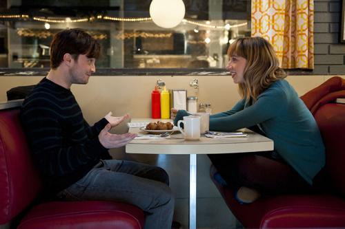 Zwei, die sich immer was zu sagen haben: Der zynisch-abgeklärte Wallace (Daniel Radcliffe) trifft auf die schlagfertige Chantry (Zoe Kazan).