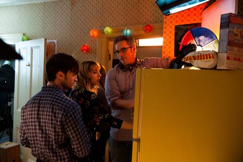 Wallace (Daniel Radcliffe, links) und Chantry (Zoe Kazan) lernen sich auf einer Party vor dem Kühlschrank kennen.