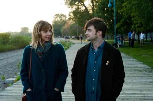 Von Anfang an knistert es zwischen Chantry (Zoe Kazan) und Wallace (Daniel Radcliffe).