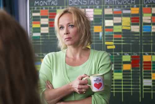 Katja Riemann spielt eine knallharte Rektorin, die wenig von alternativen Lehrtheorien hält.
