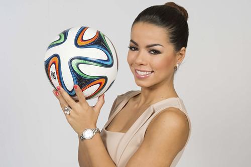 Dieser bunte Ball wird während der Fußball-WM in Brasilien von vielen Millionen Augen verfolgt werden. ARD-Straßenreporterin Fernanda Brandão könnte allerdings auch zu den Hinguckern des Turniers werden.